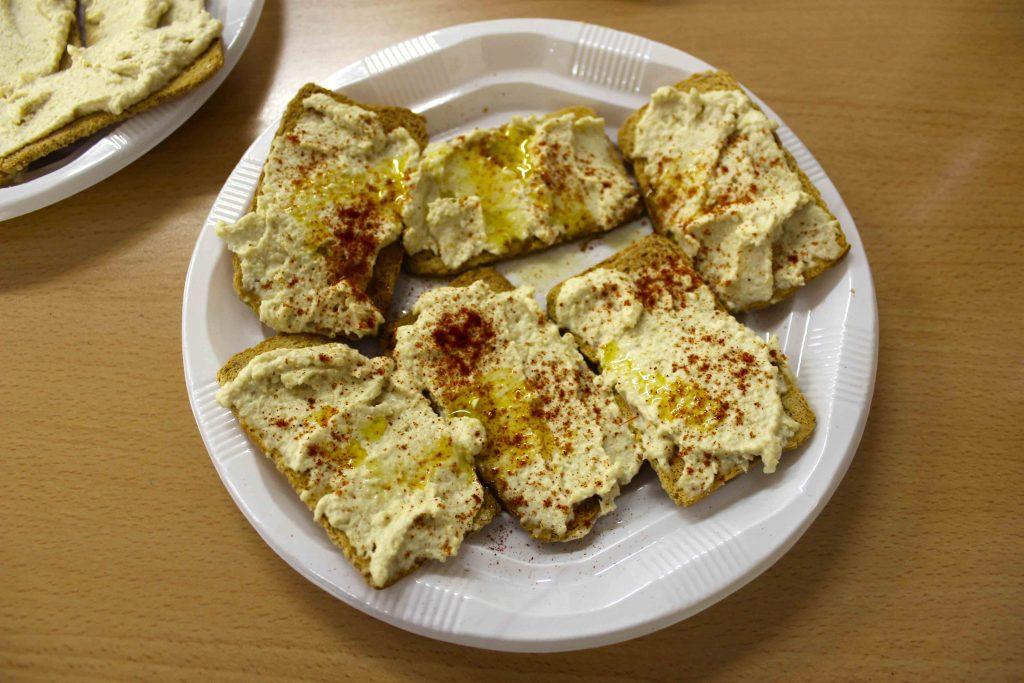 Hummus con tostadas integrales