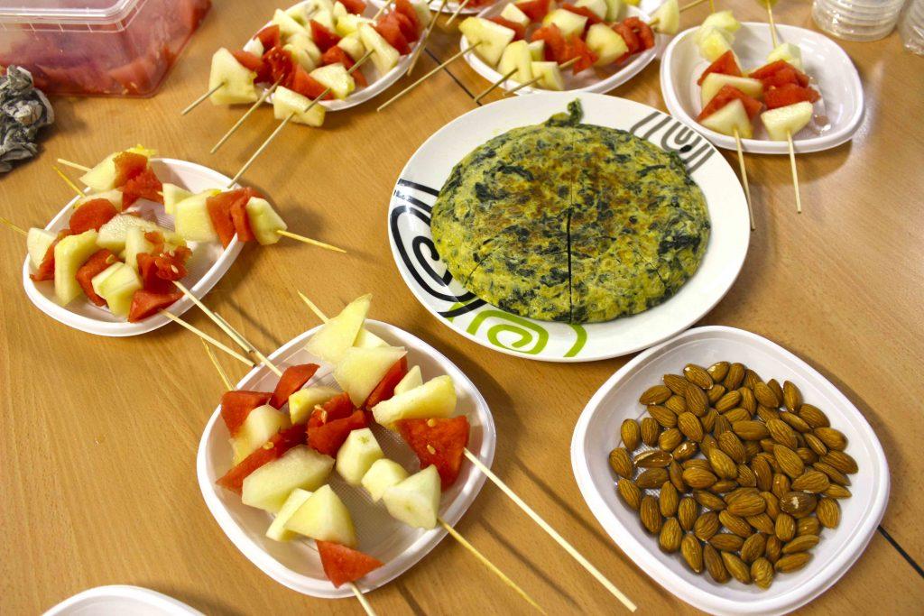 Brochetas de fruta, almendras y tortilla de espinacas
